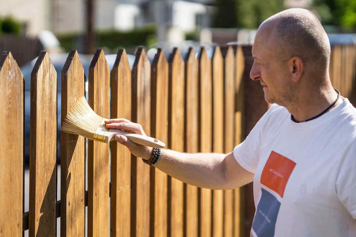 Zbavovanie plota od prachu štetkou