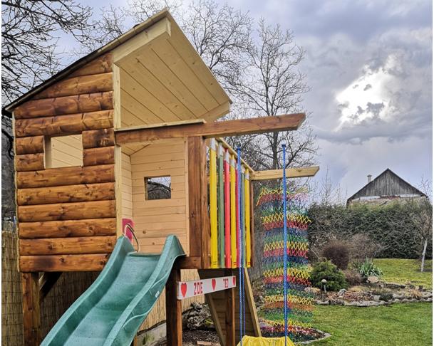 Detský domček so šmykľavkou