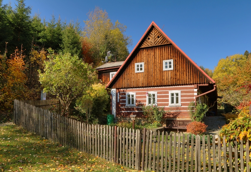 Klasická chata s dreveným plotom