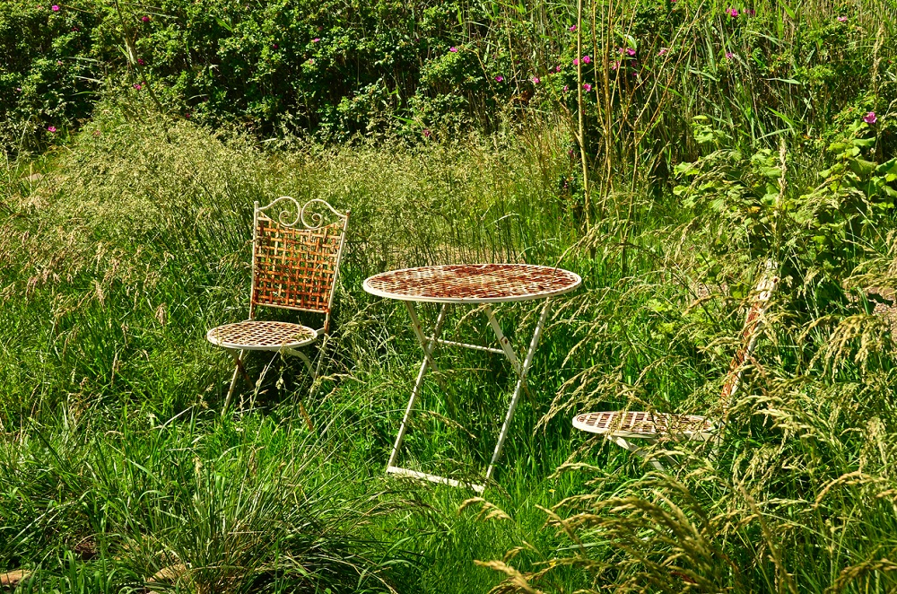 Hrdzavý záhradný nábytok