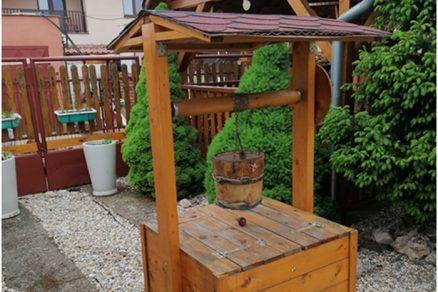 Drevená záhradná studňa