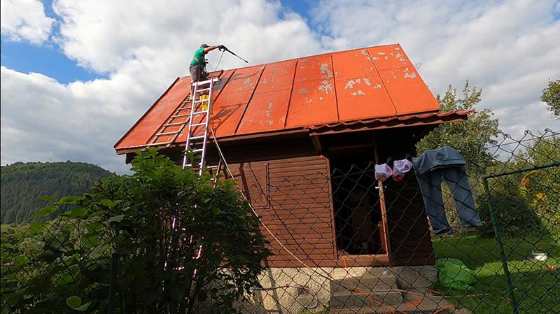 Odstraňovanie starého náteru zo strechy vysokotlakovým čističom
