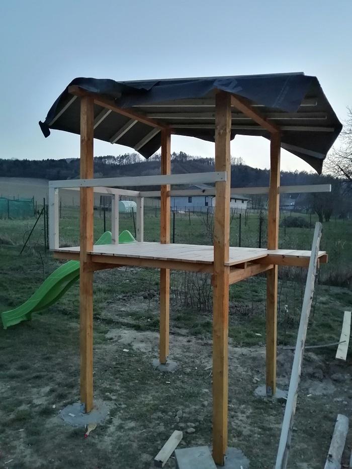 Stavba detského domčeka so šmykľavkou a hojdačkou