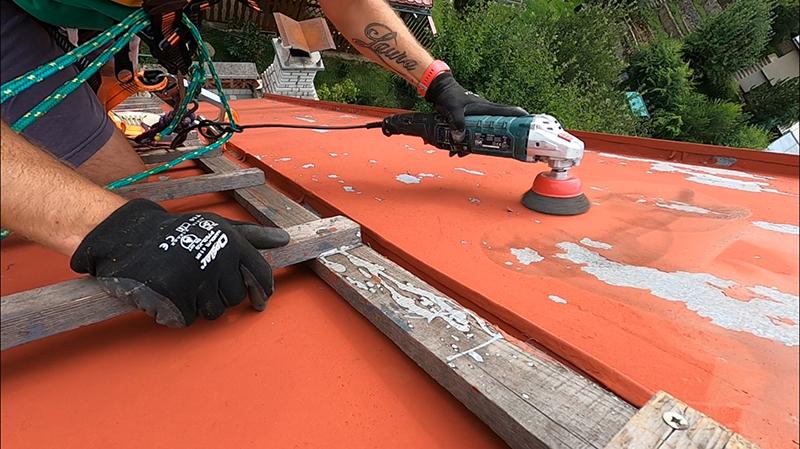 Brúsenie starého náteru na streche