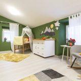 Detská izba s postieľkou a zelenou stenou