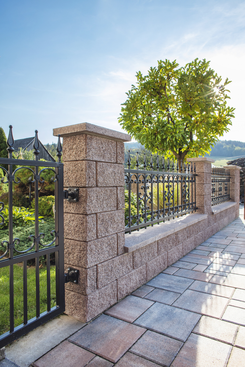 Kamenný plot s kovom