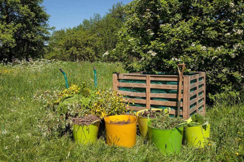Kompostovanie v záhrade s vedrami