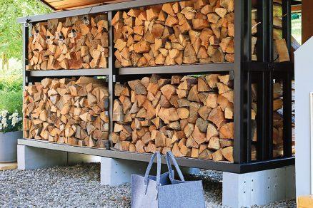 Zhotovený prístrešok na drevo