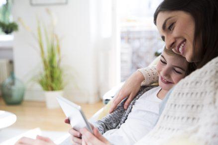 Smejúca sa mama so synom v náručí