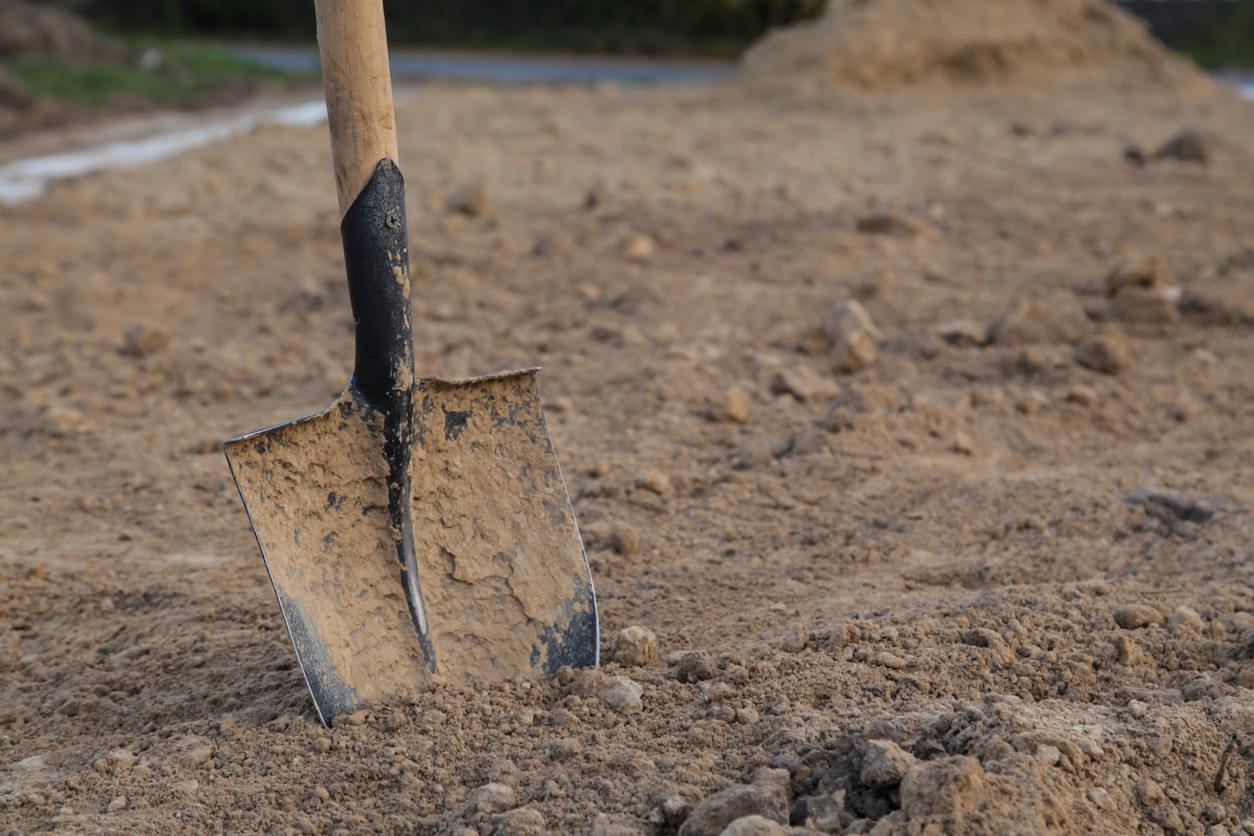 zemina s rýľom