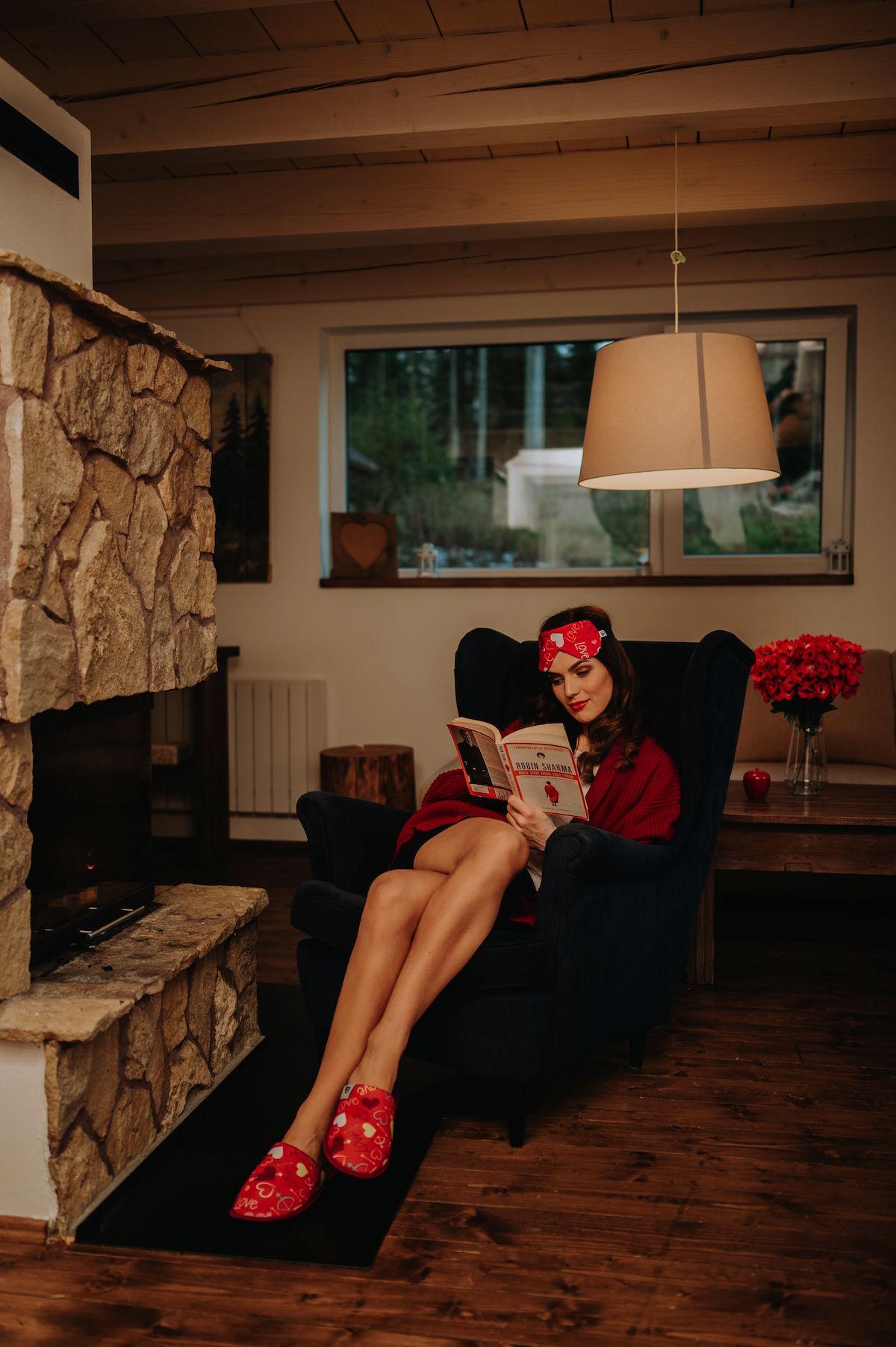 Žena v župane čítajúca v kresle