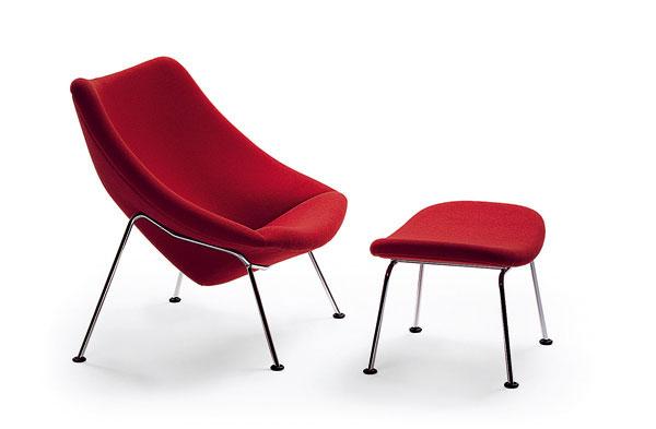 """Pierre Paulin môže za to, že sa spustila výroba týchto celočalúnených kresiel na kovovej otočnej nohe alebo ľahkých """"štvornožiek"""", ktorým asistujú taburetky. (J. Lenor Larsen)"""