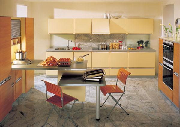 Farebné lakované časti kuchynských zostáv obľubujú kontrast s drevenými plochami alebo prvkami. (HAKA)