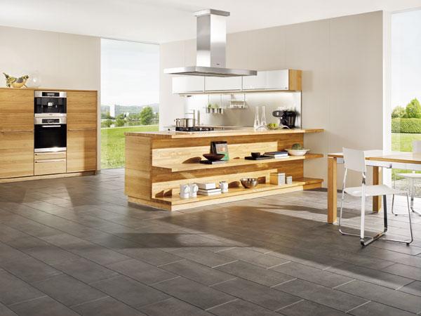 Každá drevená plocha má svoju neopakovateľnú charakteristickú štruktúru a odtieň. Takto sa drevené časti nábytku stávajú originálmi, ktoré vyniknú popri farebne a materiálovo jednoduchých hladkých plochách. (Team7)