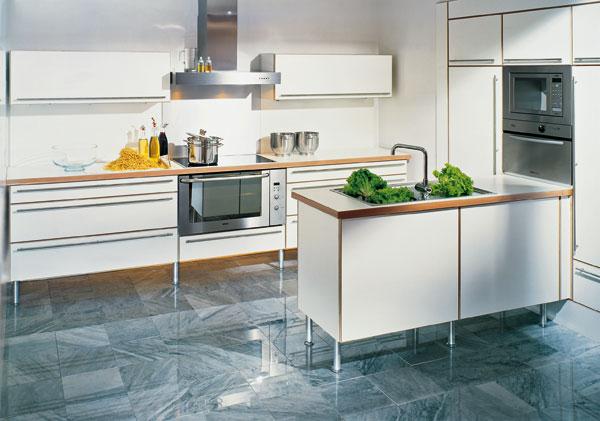 Nadčasová kuchyňa sa zvyčajne priznáva k dreveným prvkom. Jednoduché tvary a priame línie sa dobre znesú s kresbou dreva alebo zdôraznením rastra skriniek či zásuviek drevenými hranami. (HAKA)