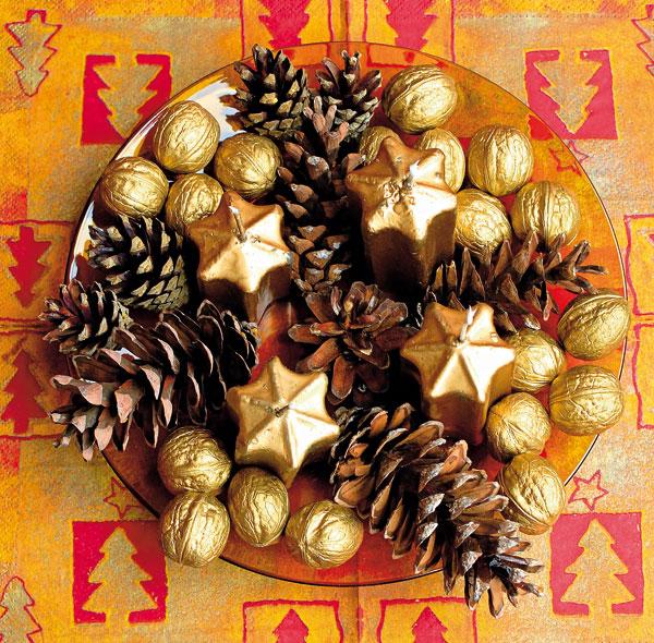 Vytvoríte ho jednoducho: do kompozície z voľne uložených vlašských orechov namaľovaných zlatou farieb a šišiek z rôznych ihličnanov vložte štyri sviečky.
