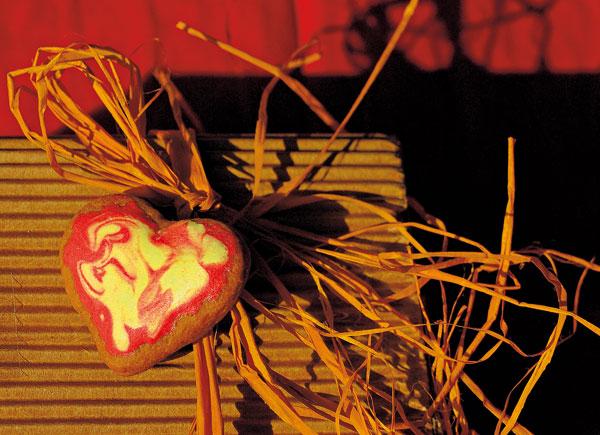 Tradičný medovníček s netradičnou žltočervenou polevou možno pridať k zabalenému darčeku alebo hoci aj k slávnostnému prestieraniu. Rovnako ich možno využiť na ozdobenie ihličnatého stromčeka či čečiny v kvetináči alebo vo váze.