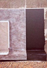 Izolačný systém na báze bitúmenu tvoria dve vrstvy stierky (medzi nimi môže byť stužujúca vložka), ochranná aklzná textília (chráni izoláciu pred poškodením), ochranné adrenážne dosky