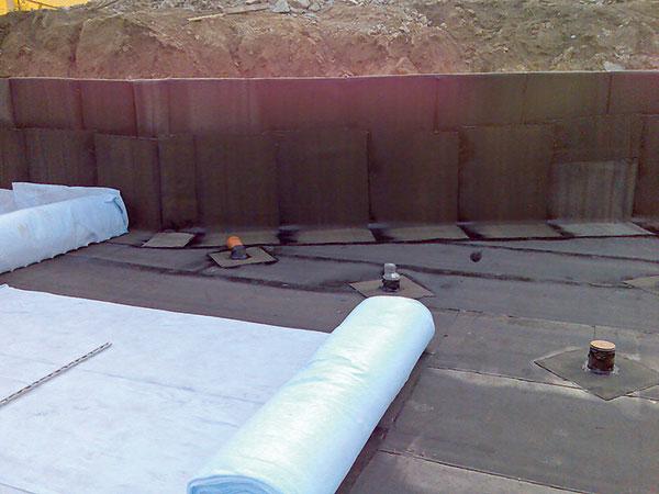 Hydroizoláciu zasfaltovaných pásov chránime zhora separačnou vrstvou