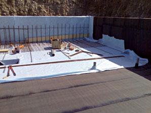 Asfaltované pásy sa neskôr prekryjú separačnou vrstvou (geotextíliou) aďalšou vrstvou betónu