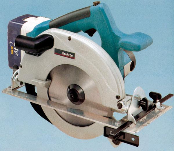 Akumulátorová ručná okružná píla je výborným pomocníkom pri prácach v interiéri.