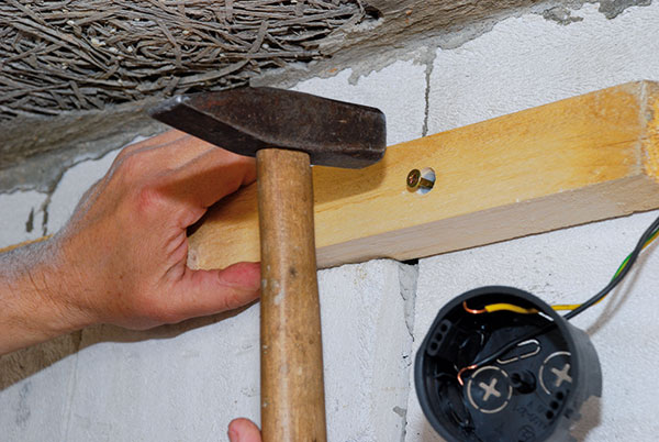 f92ed6811 6. NABÍJANIE Kladivom nabíjame skrutku do úplného pritiahnutia laty k stene.  Tam, kde sme zahlbovali priveľmi, si pomáhame skrutkovačom.