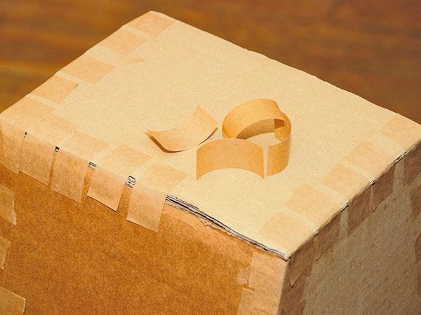 15a77311530 Pôdorys vázy prekreslíme na kartón a vystrihneme dno. Papierovými páskami  ho upevníme na určené miesto tak, aby mala váza stabilitu. foto: Milan Gigel