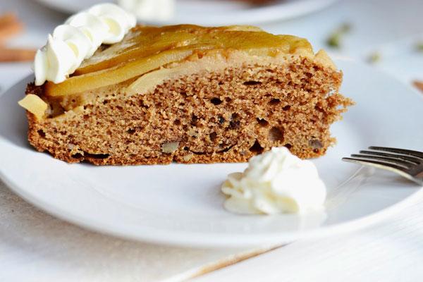 Šťavnatý hruškový koláč s kardamónom