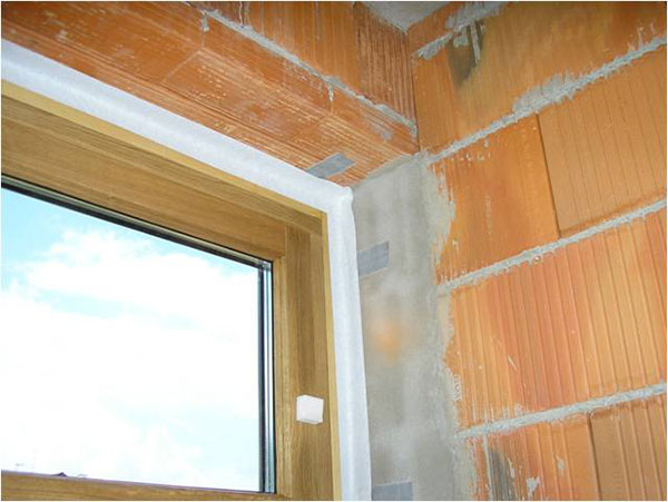 Správne nalepenie interiérovej tesniacej pásky.