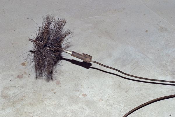78e714e83720c Cez vymetacie dvierka nazrieme do päty komína. Ak namiesto suchých sadzí  nájdeme kondenzát, upozorňuje na vlhké palivo, slabý ťah či intenzívne  zrážky.