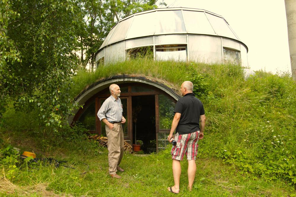 Čech si postavil otáčavý dom, ktorý môže zmiznúť v zemi
