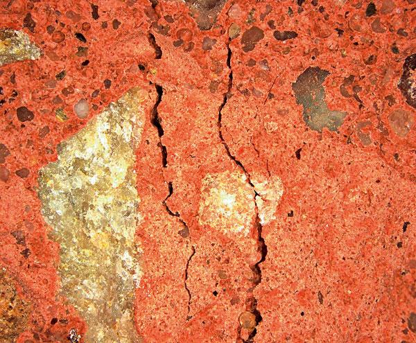 Reakciou kryštalizujúcich látok s vlhkosťou a voľným vápnom vznikajú v štruktúre betónu nanokryštály solí, ktoré pevne zrastajú so stenami kapilára a postupne utesňujú pórovú štruktúru (foto počas reakcie)