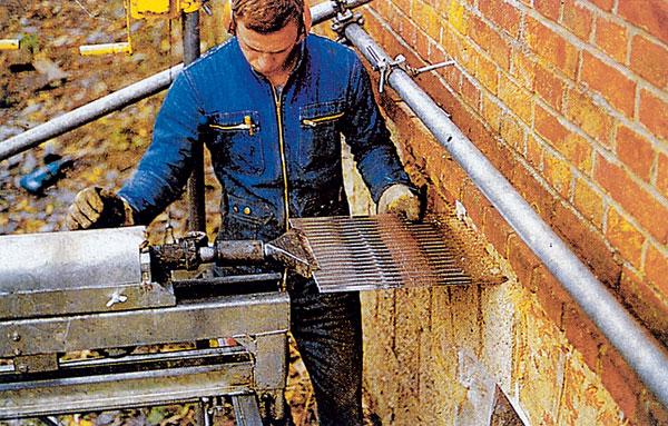 Odstraňovanie vlhkosti z muriva pomocou zarážania plechov z nehrdzavejúcej ocele