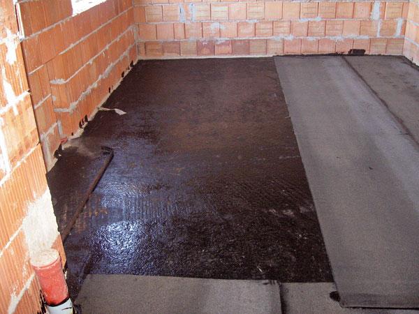 Proti zemnej vlhkosti využijeme asfaltované pásy, pri tlakovej vode pásy s nosnou vložkou zo sklenenej tkaniny celoplošne natavené k podkladu