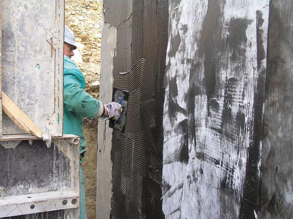 Nanášanie bitúmenovej stierkovej izolácie s ochrannou textíliou