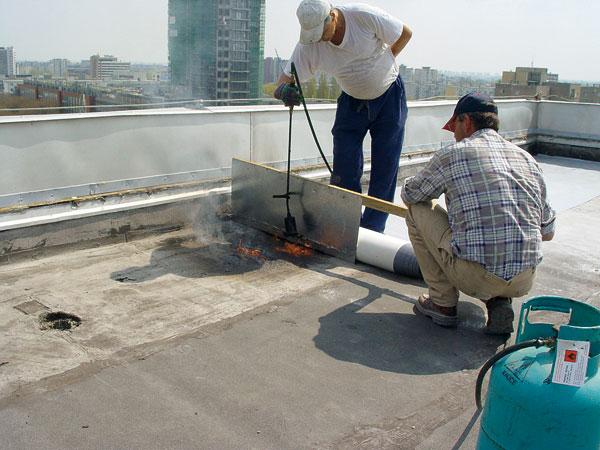 Lepenie heterogénnej fólie do roztavenej asfaltovej izolácie