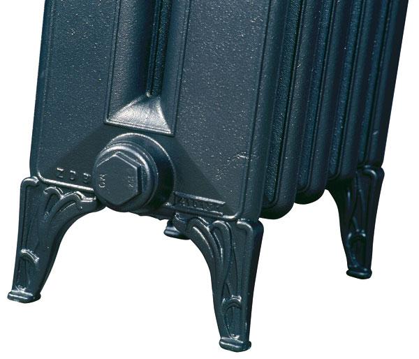 Ťažké liatinové radiátory majú zvyčajne podpery (nôžky), takže ich možno postaviť na ľubovoľné miesto v miestnosti.