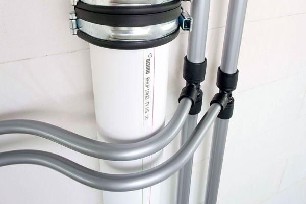 Na zníženie hluku v odpadovom potrubí treba rúrky z polypropylénu s vysokou hustotou upevniť pomocou špeciálnej fixačnej a podpornej objímky. Potom možno hluk znížiť na 19 dB.