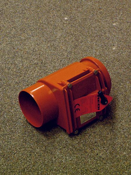 Na zabránenie spätného prúdenia pri slabom spáde kanalizácie (napríklad počas prívalových dažďov) môžeme do kanalizačného potrubia zaradiť spätnú klapku.