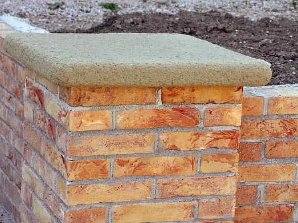 Na obnovu murovaných stĺpov sa používajú plné pálené tehly. Dôkladná úprava škárovaním predlžuje ich životnosť