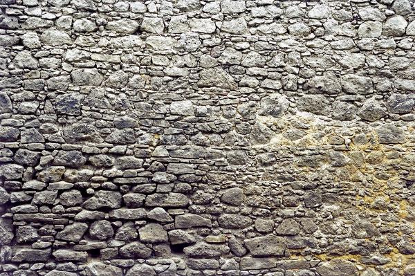 Historický, remeselne kvalitne vymurovaný múr spreväzovanými kameňmi azarovnávanými riadkami