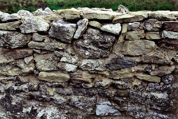 Pomerne nový, remeselne nekvalitne vymurovaný múr snepreväzovanými, ale lepenými kameňmi Foto: Oto Makýš