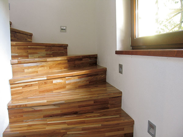 Staré drevené stupne môžeme nahradiť novými z masívnych lepených dosiek, ktoré natrieme tvrdým lakom na parkety.