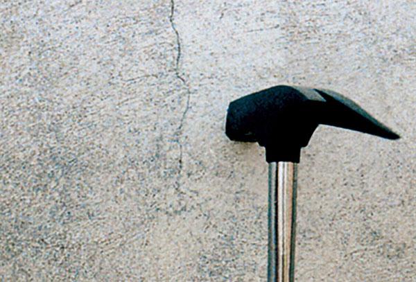Duté miesta na fasáde zisťujeme poklepom kladivom, najmä v mieste trhlín