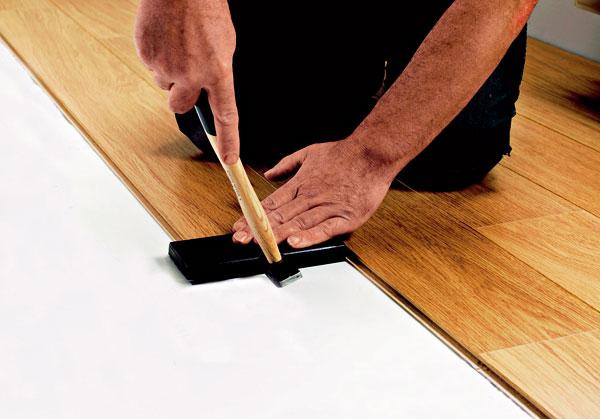 Na podlahové vykurovanie môžete použiť viac druhov materiálov podlahových krytín, dnes sa však najčastejšie využívajú laminátové podlahy.