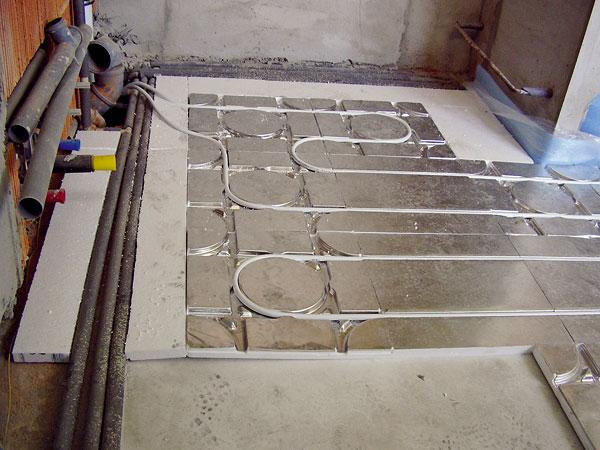 Pri podlahovom vykurovaní so systémovou doskou je dôležitá rovinnosť podkladu. Tá sa dá zabezpečiť buď nivelačným poterom, čo je finančne pomerne náročný variant, alebo vrstvou polystyrénbetónu, perlitbetónu či penobetónu, ktorá zároveň tvorí prídavnú tepelnoizolačnú vrstvu.