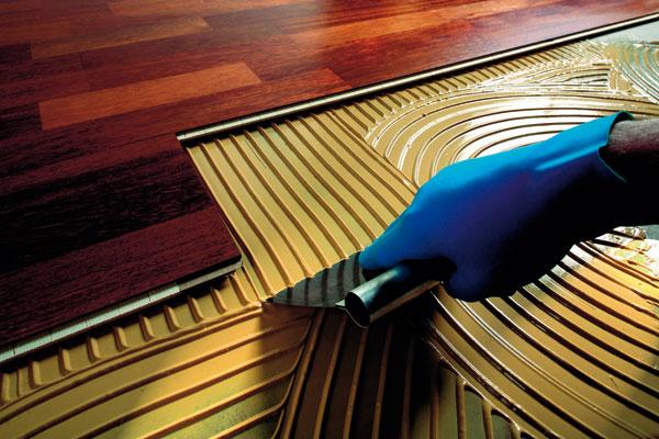 Pred lepením podlahy musí byť podklad rovný, zbavený nečistôt a trhlín.