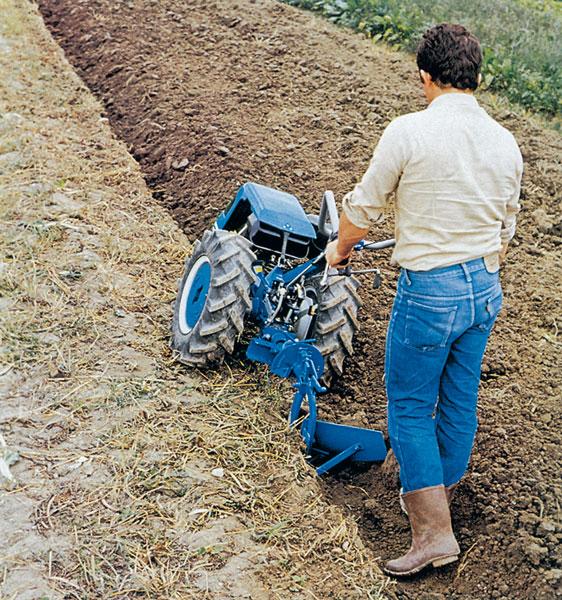 Na orbu veľkých záhrad potrebujeme ťažší stroj s veľkými kolesami. Niektoré stroje na orbu sú vybavené možnosťou natočenia riadidla tak, aby sa oráč mohol pohybovať mimo oranej pôdy.