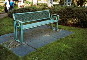 Zelený odtieň eloxovaného povrchu zvýrazňuje jemná konštrukcia záhradnej lavičky, ktorá harmonizuje s okolím.