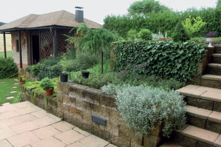 ako upravit svahovity teren v zahrade